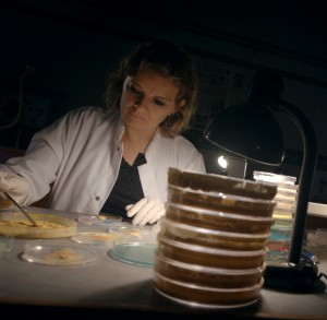 4_Audrey Dussutour dans son laboratoire du CNRS_© Hauteville Productions